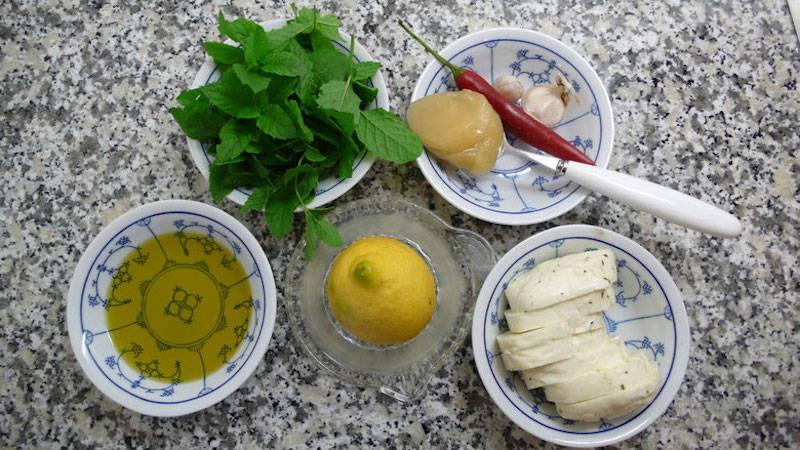 Zutaten für Halloumi mit scharfer Honigmarinade