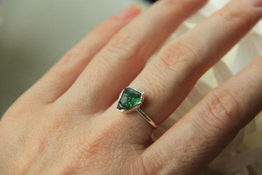 Кольцо тонкое с зеленым турмалином неграненым