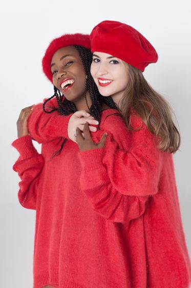 Красный свитер оверсайз с v-воротом и удлиненными рукавами