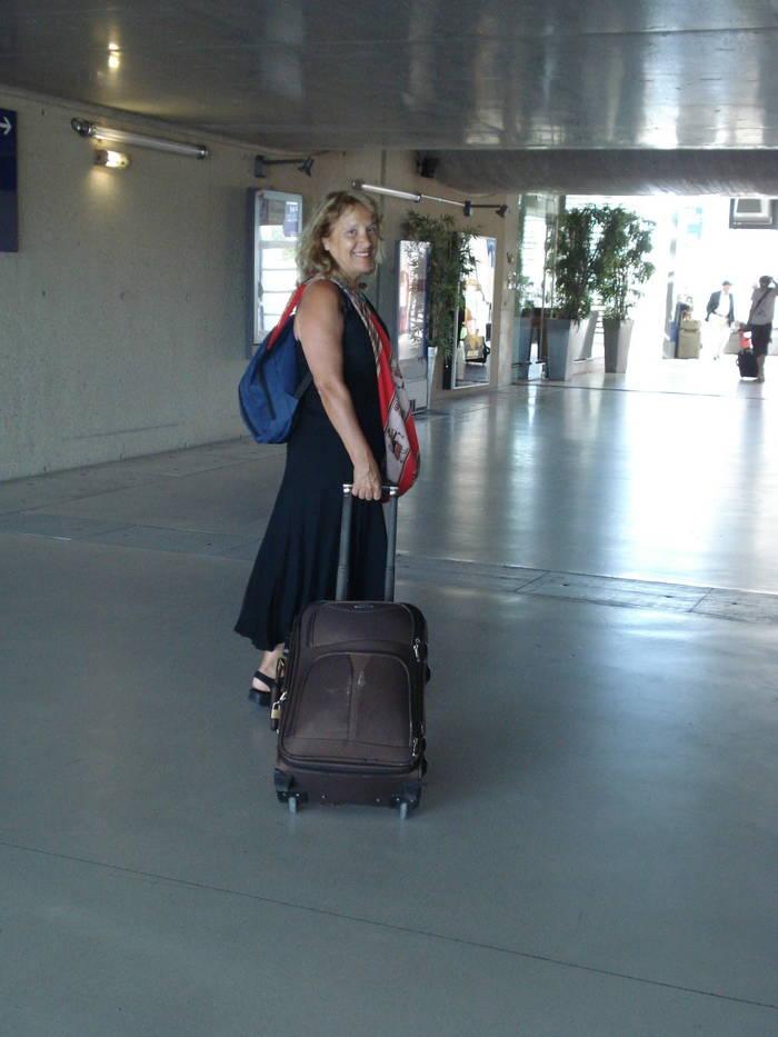 Oldwoman Passing By adicionou foto de Foto 1