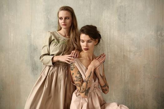 Розовое платье с поясом и вискозным топом