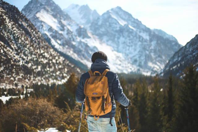 Randonner en hiver et le froid. Dormir avec un sac de couchage Mount Trail dehors.