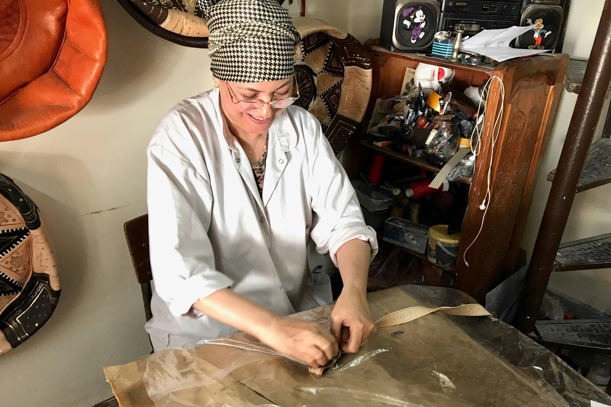 Handgefertigte Ledertaschen: Das Leder wird eingeölt