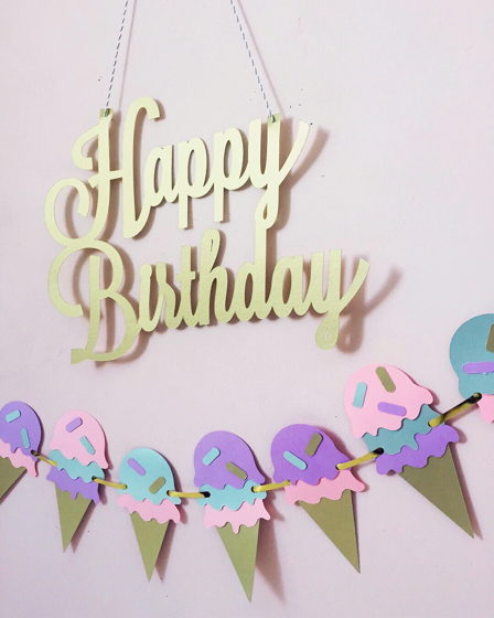 Бумажная надпись «Happy Birthday»
