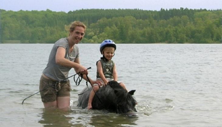 die reitzwerge kind auf pferd im wasser