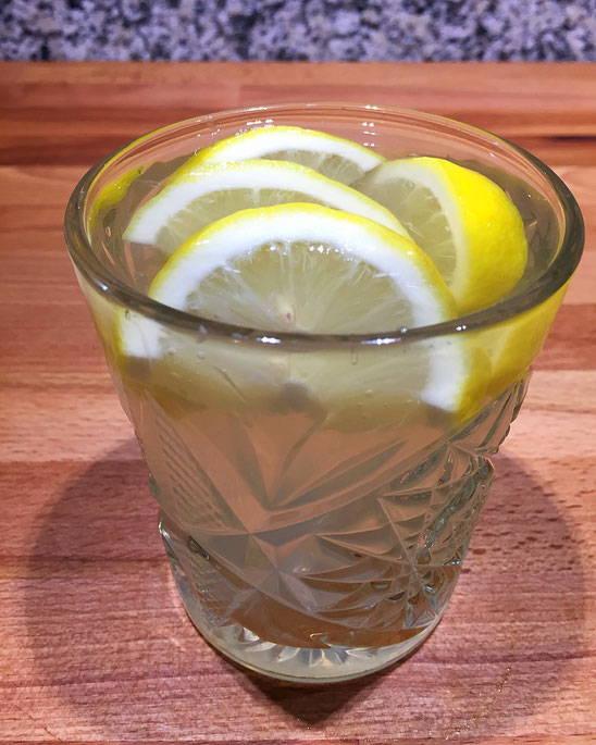 """Glas mit """"heißer Zitrone"""""""