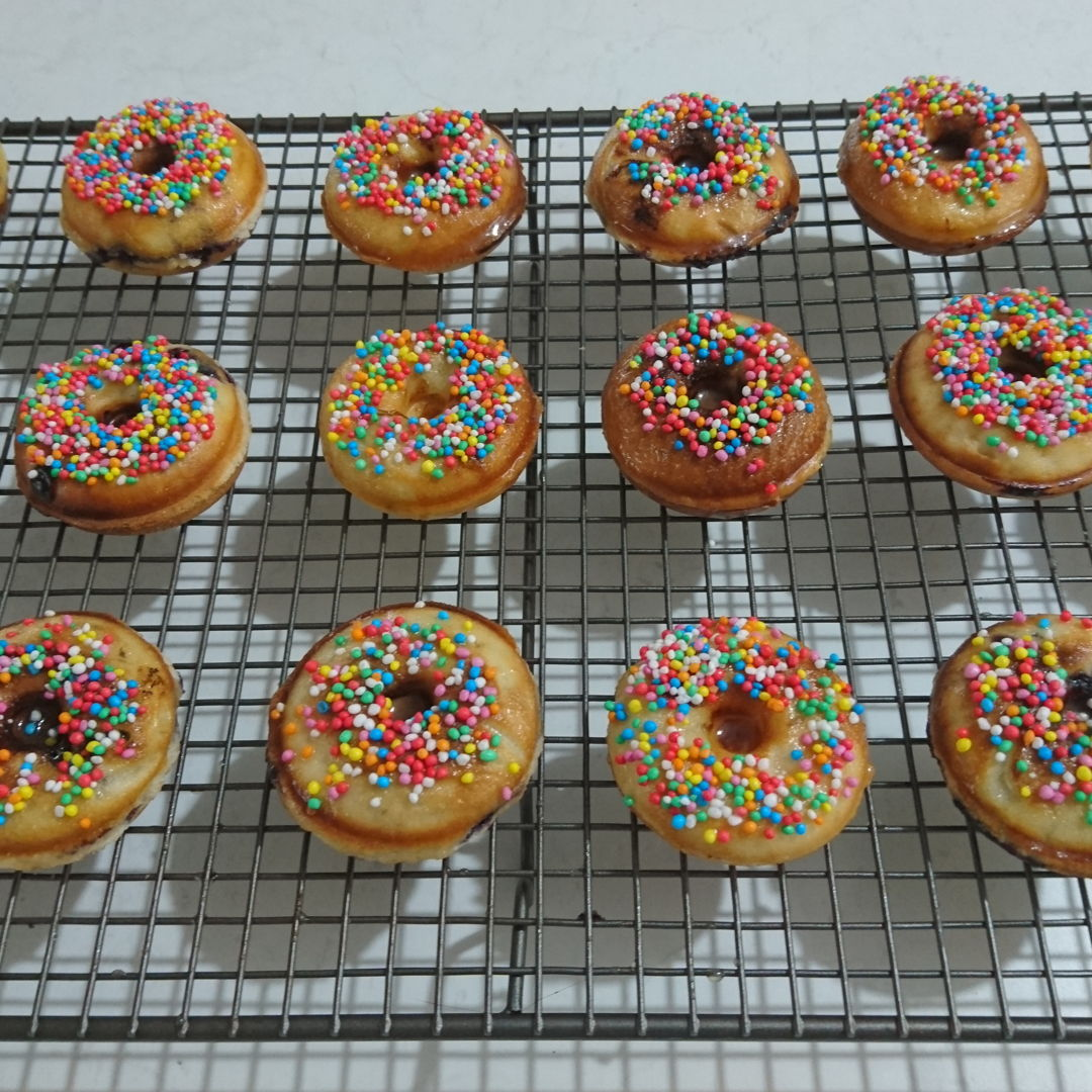 Date: 16 Jan 2020 (Thu) 17th Snack: Prinetti Blueberry Doughnuts [185] [138.5%] [Score: 8.2] It is time for another experiment on Prinetti product – Prinetti Mini Doughnut Kit. There are 5 doughnut recipes in the booklet. This is the second of the five. 1.Modification to booklet recipe: added 1tbsp milk (to get better consistency), added 1tsp vanilla (to get vanilla flavor) 2.Number of mini doughnuts made: 34 3.Mixed into batter: Blueberries 4.Glaze: Doughnut glaze 5.Topping: 100's & 1000's