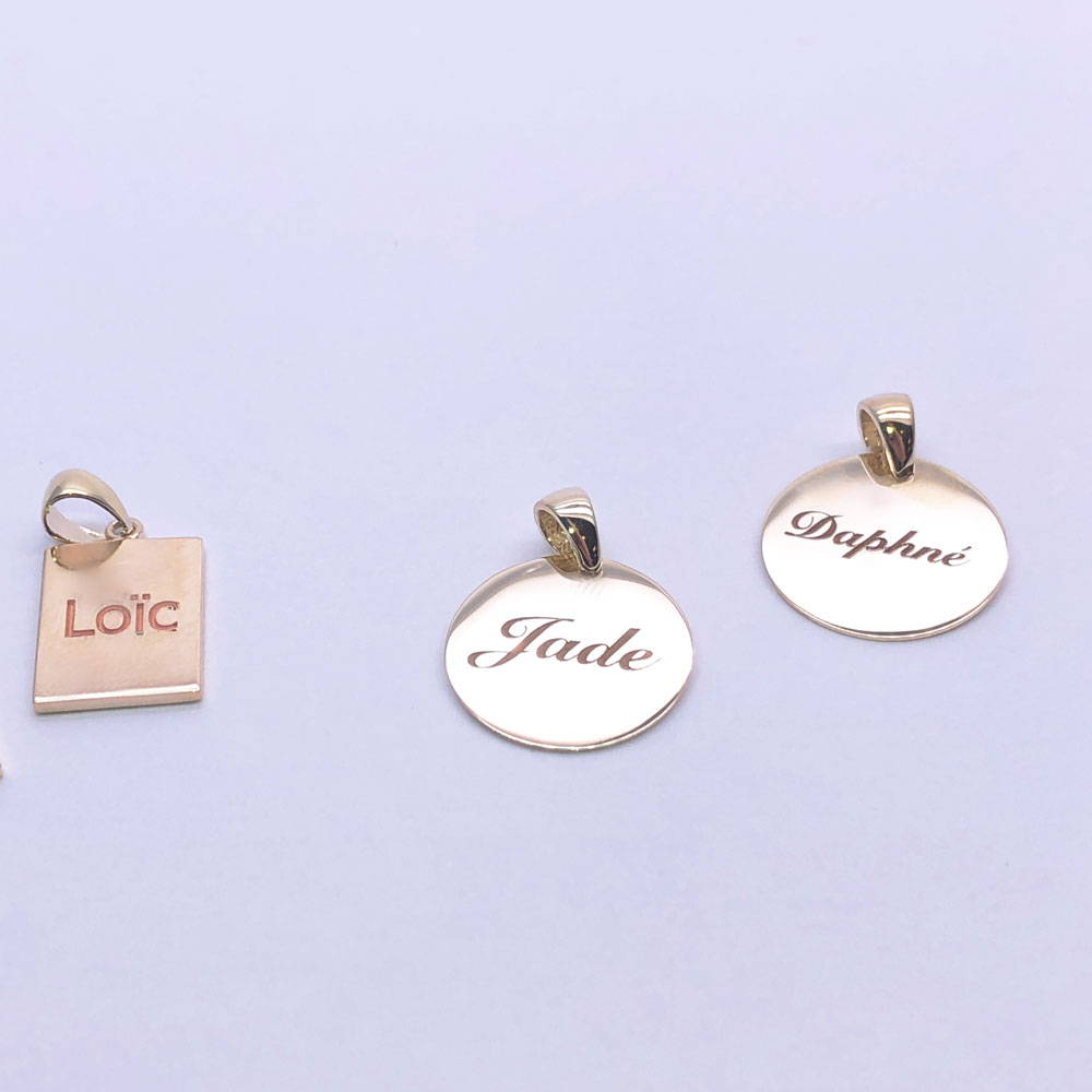 three pendants with the names of the children
