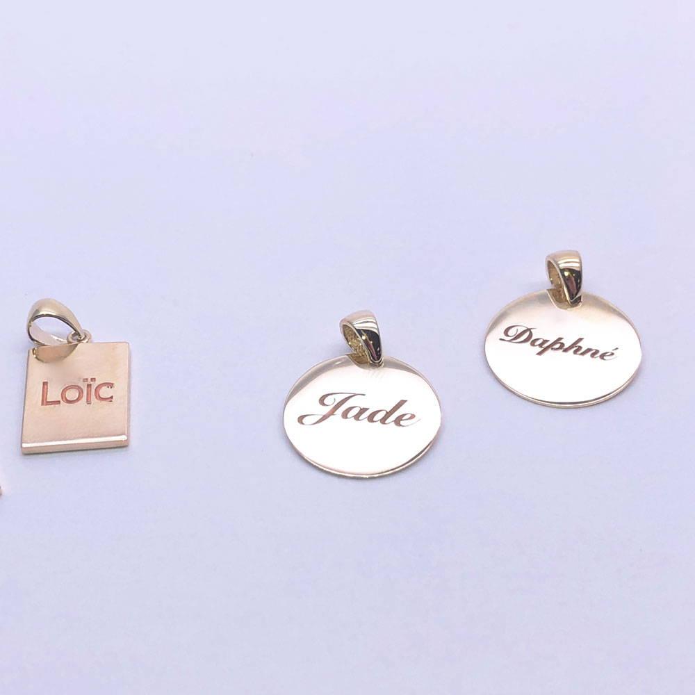 trois pendentifs avec les noms des enfants