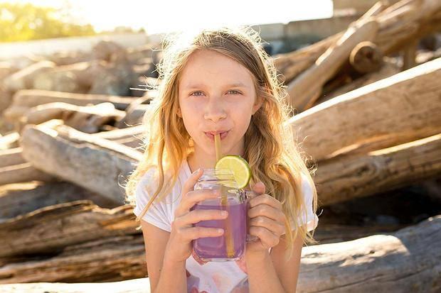 jeune-fille-paille-bambou-plage-recyclage-rafraichir-sans-polluer-pollution-marine-plastique-durable-ecologique