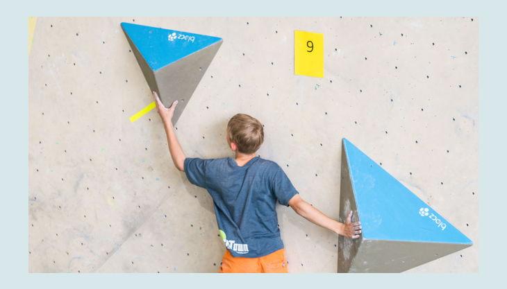 bester geburtstagde dynochrom kidscup junge klettert pyramiden
