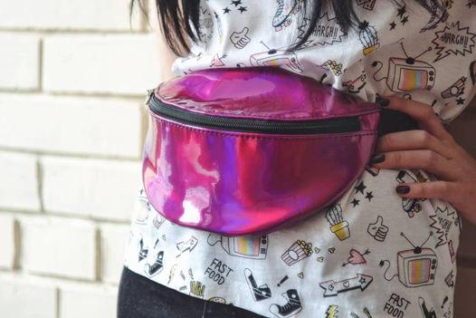 Поясная сумка из переливающейся искусственной лаковой кожи.