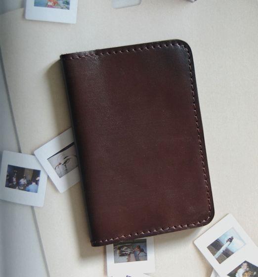 Коричневая кожаная обложка на паспорт