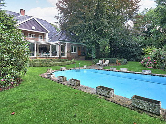 Frankfurt am Main - Engel & Völkers is brokering this charming country house near Zandvoort for 2.6 million euros. The 520 square metre interior includes seven bedrooms, four bathrooms and a sauna.