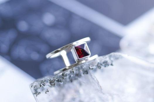 Двойное серебряное кольцо с натуральным гранатом пирамидкой