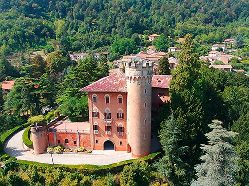 Sóller - This 18th-century castle is located in the hills of Monferrato and can be purchased for 2.6 million euros. The estate offers 14 bedrooms and seven bathrooms, on a living surface of 3,500 square meters. It is on sale for 2.6 million euros. (Image source: Engel & Völkers Asti-Monferrato)
