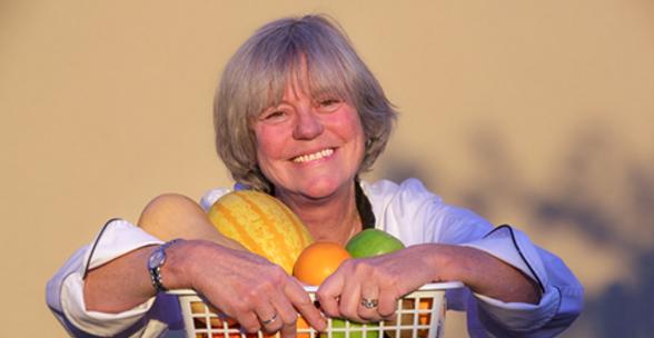 photo de Véro avec des fruits et légumes qui sourit