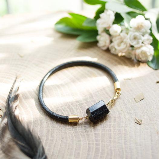 Кожаный браслет с шерлом (черным турмалином)