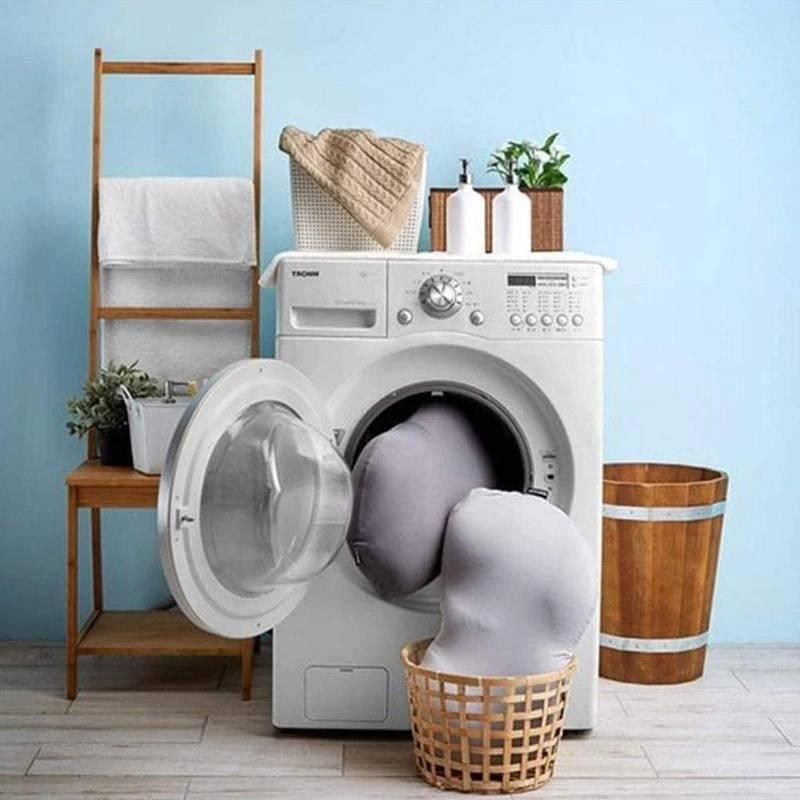 Oreillers à microbilles gris dans une machine à laver