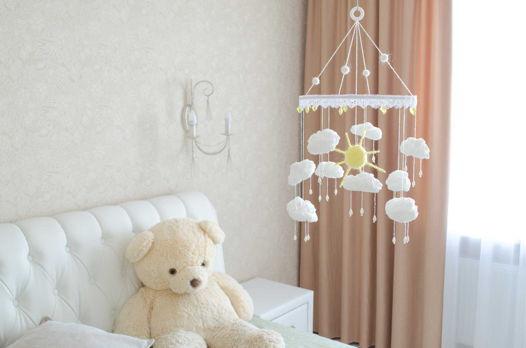 Детский мобиль в кроватку ручной работы из белых хлопковых облаков и солнца из шерсти