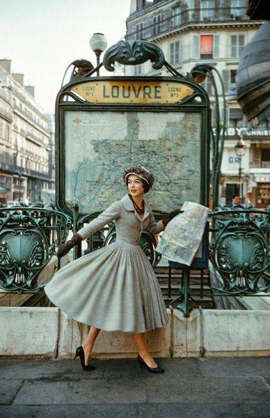 Dior swingkjole i Paris ved Louvre