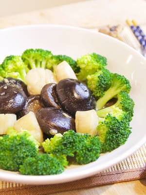 Broccoli with Braised Mushrooms and Scallops