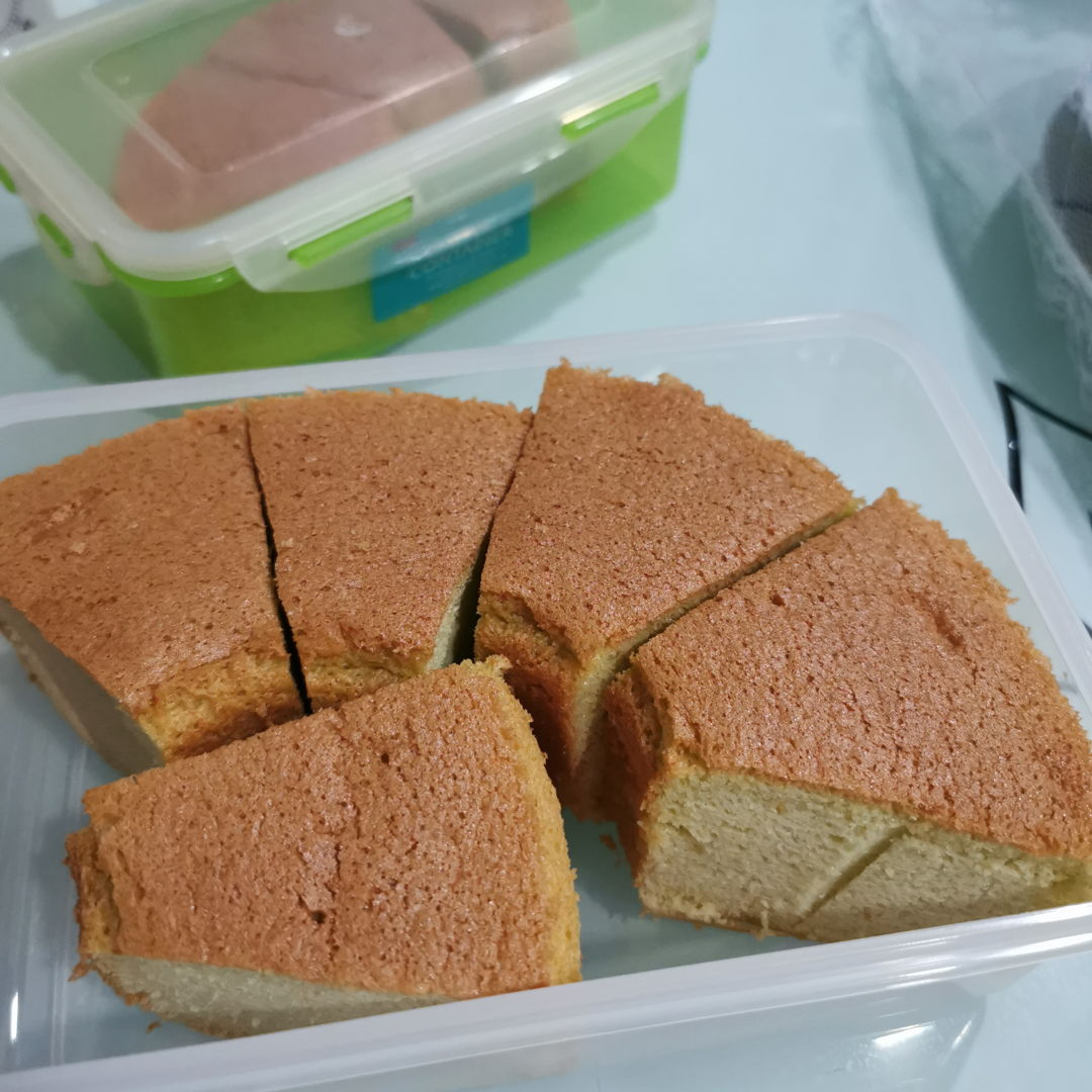 Today tried this Pandan Chiffon Cake. Taste good, not too sweet. Only the colour not green. Maybe not enough pandan juice.