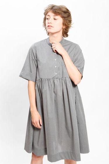Серое платье в полоску