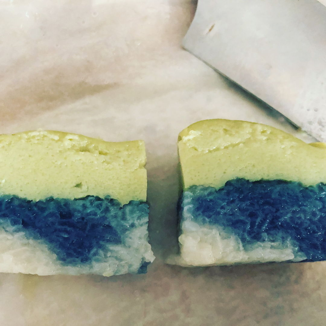 I changed abit for the glutinous rice. Soaked 40% with blue butterfly pea flower for the blue colour.