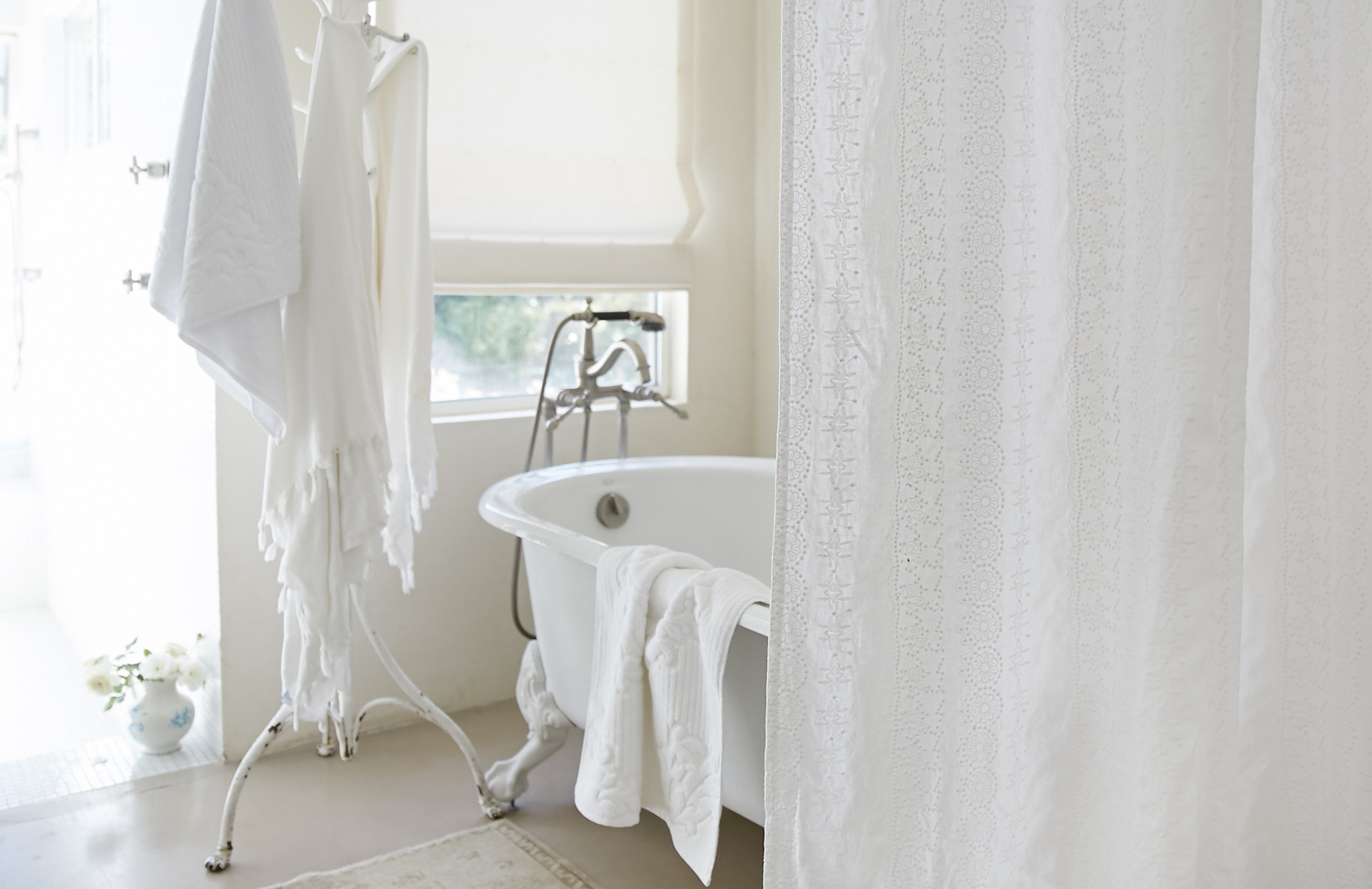 Shabby Chic Decor finds await you in this inspiring lineup of interior design inspiration. #shabbychic #interiordesignideas #decoratingideas #rachelashwell #whitebathroom