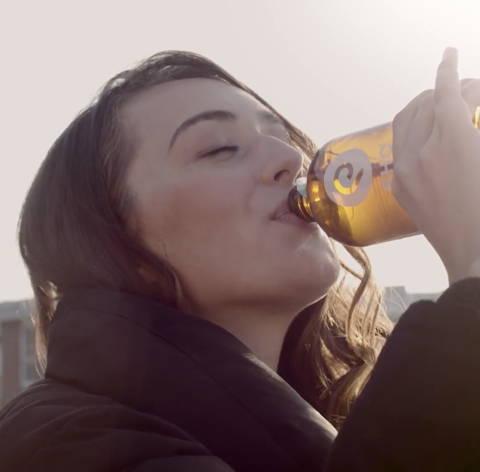 Rho Kombucha trinkende Frau