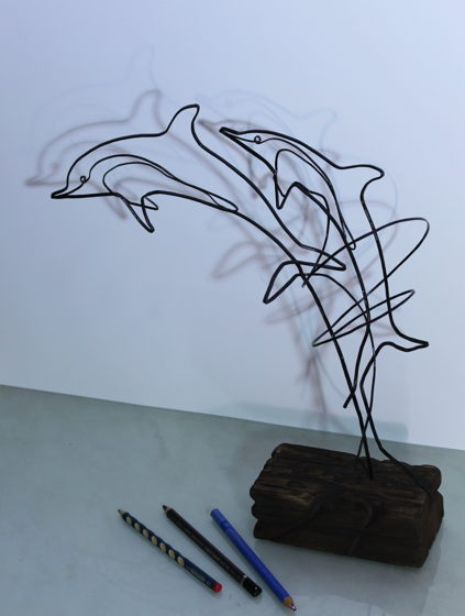 Дельфины парящие над столом.  Стальная кованая проволока, 3 мм, подставка из старого дерева, 40*40*15 см.
