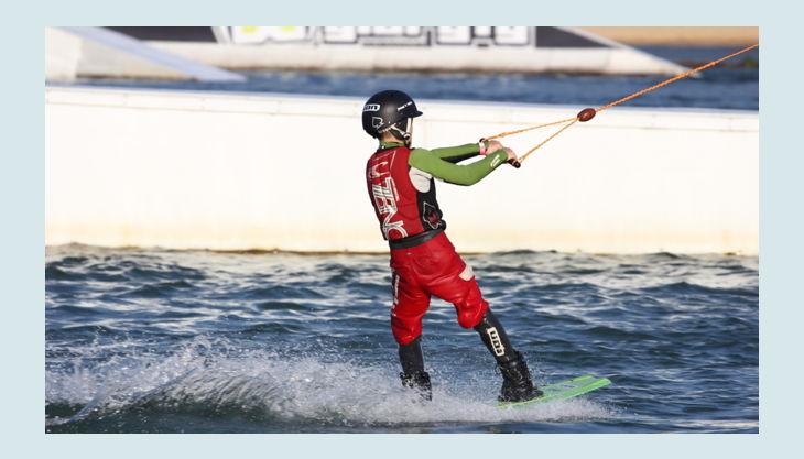 wasserskipark zossen kind fährt wakeboard