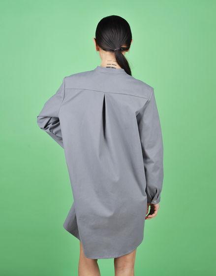 Серое платье-рубашка с манишкой