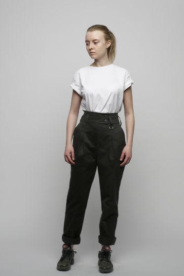 Черные брюки на талии