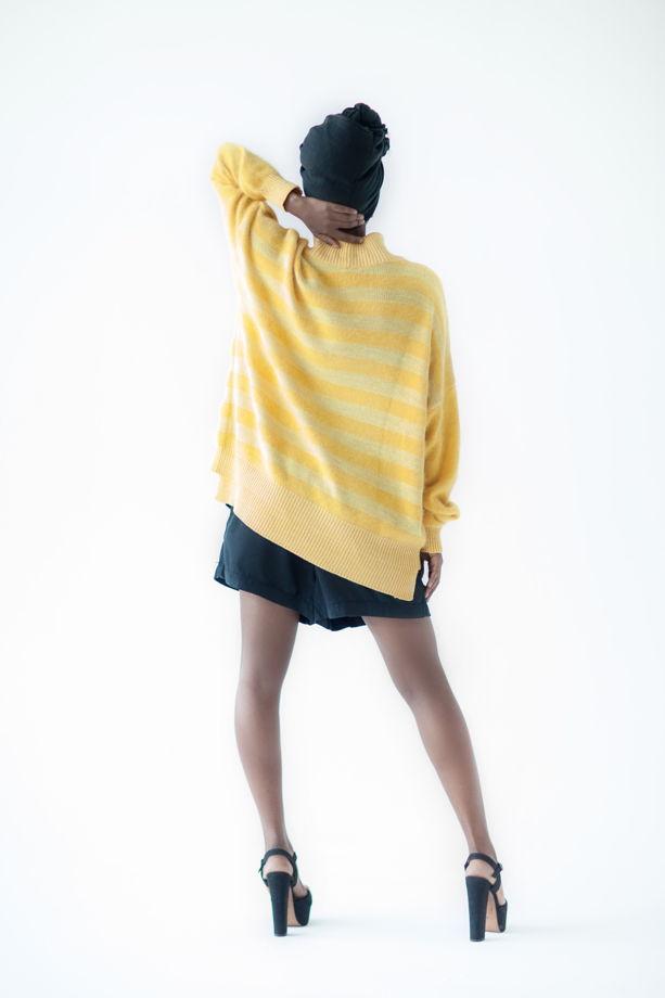 Полосатый желтый свитер оверсайз