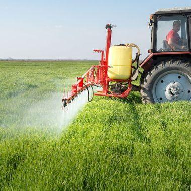 épandage tracteur pesticides