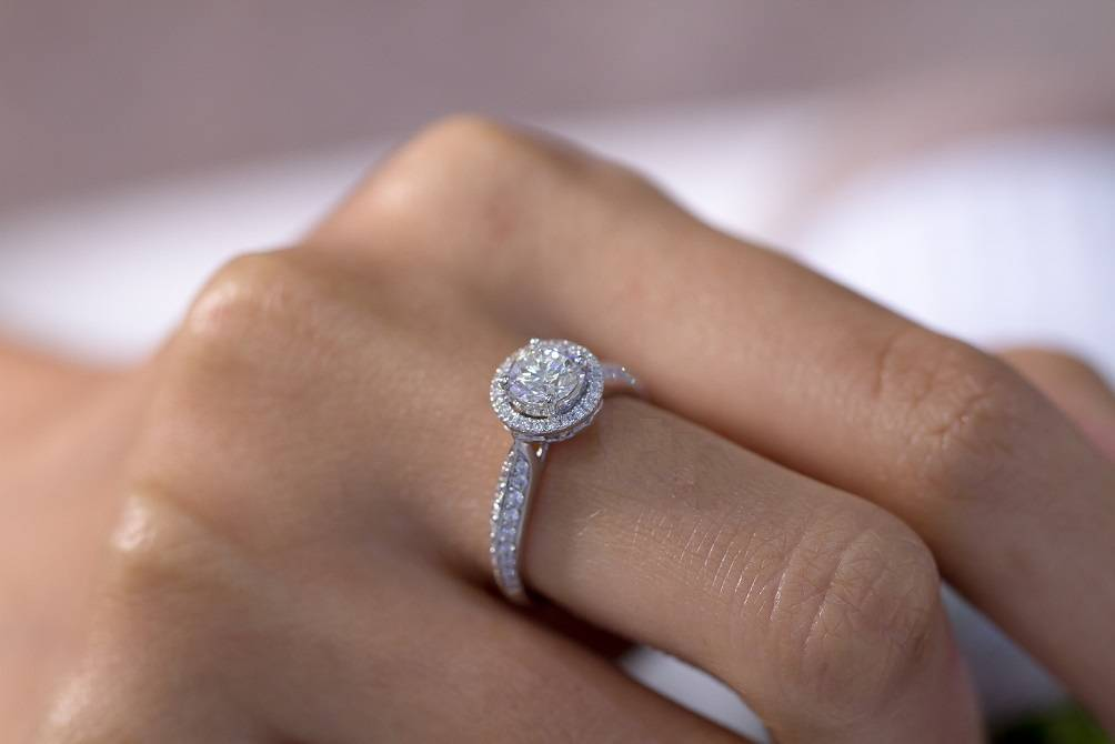 Engagement rings in gold and platinum - Pobjoy Diamonds in Surrey