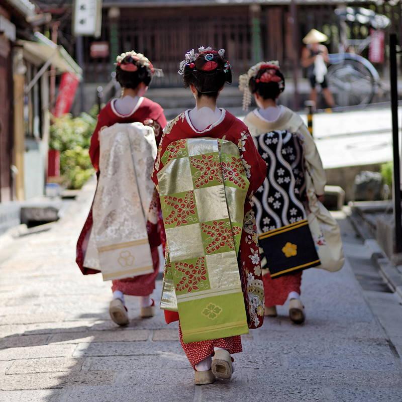 3 maiko wearing maru obi