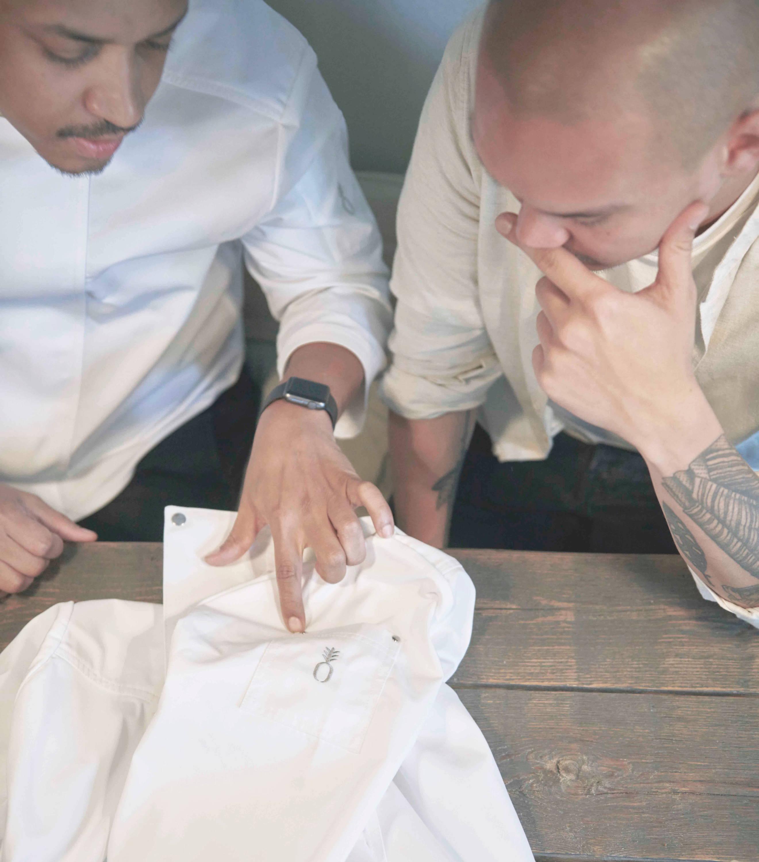 Zwei Männer sprechen über Gastronomiebekleidung