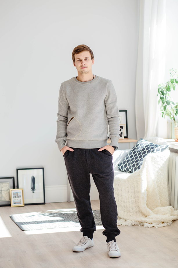 Мужские брюки темно-серого цвета.
