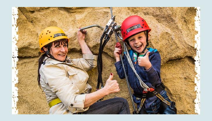 climb up kletterwelten kind und frau mit kletterausrüstung