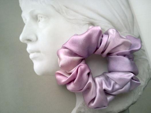 Резинка для волос из натурального шелка ручной окраски светло-сиреневая