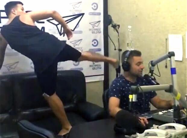 Ведущий радио «Экспресс» получил по голове во время эфира - Новости радио OnAir.ru