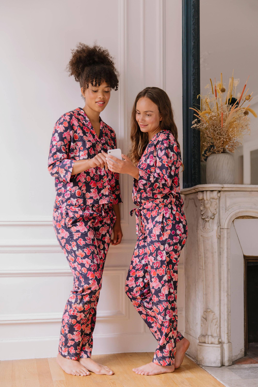 Nêge Paris - Pyjama Encore un Soir chemise pantalon avec un fond bleu nuit orné de détails floraux et fruités dans des coloris roses et rouges