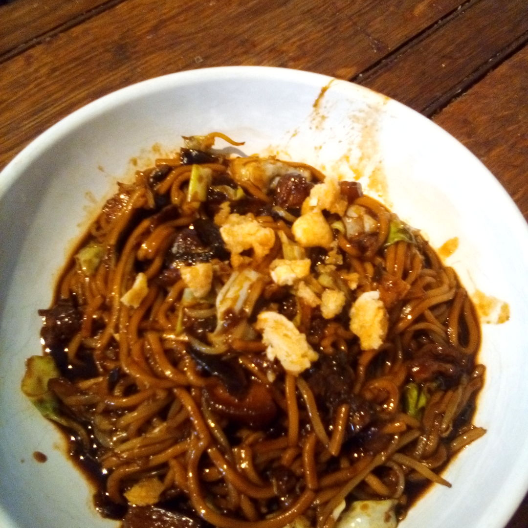 Oh Oh Oh !!!! finally got my Hokkien fried mee fix. !! Been dreaming about this all weekend and as I am not in Malaysia aka 'Hawker stall foodie heaven' had to make myself.. Twas not bad considering I don't have a proper charcoal burner to cook with...lol !!