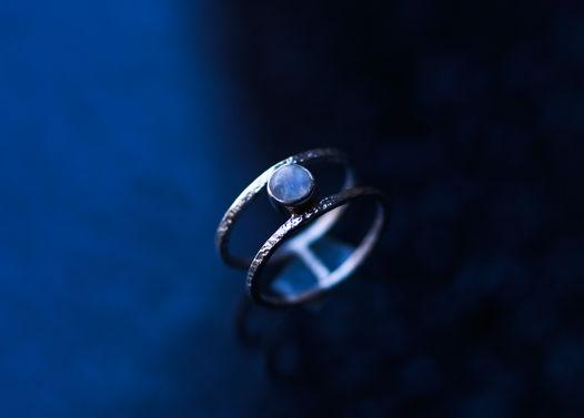 Двойное текстурное серебряное кольцо с лунным камнем