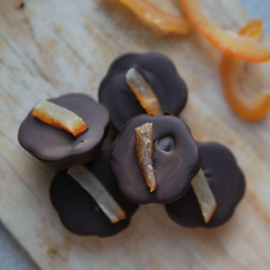 Конфеты из натурального чёрного шоколада с миндальным кремом и апельсином. 100 гр.