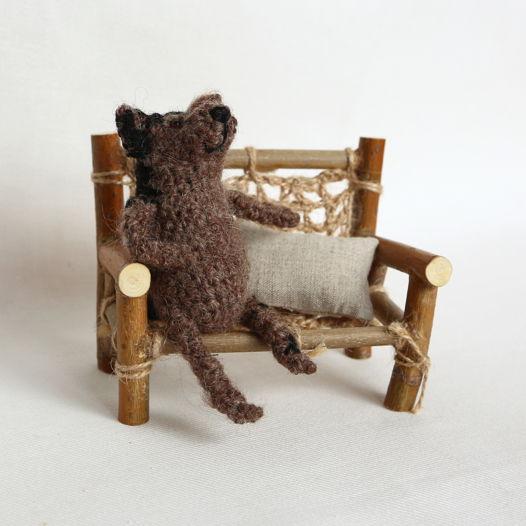 Вязаный пес Фред на лавочке