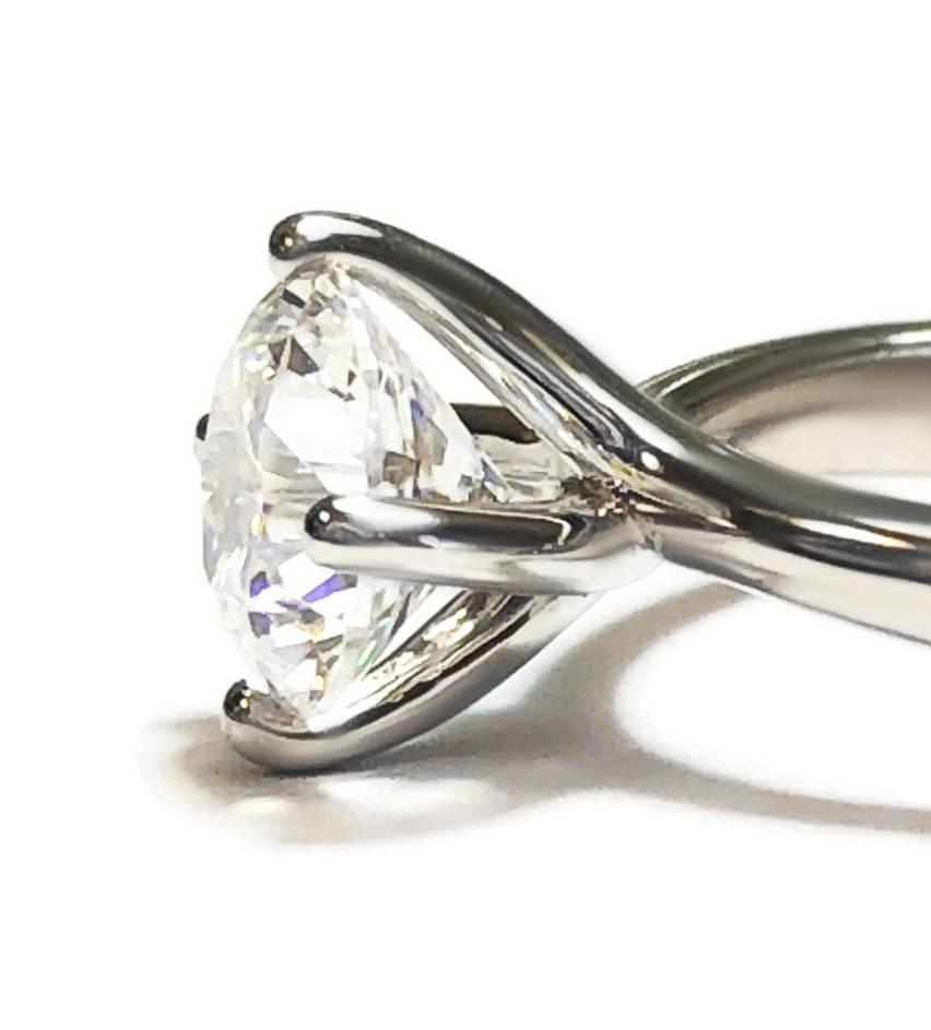 Plan rapproché d'un solitaire avec un diamant créé en laboratoire.